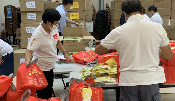 Volunteers from the Yan Chai Volunteer Group packing the fortune bags